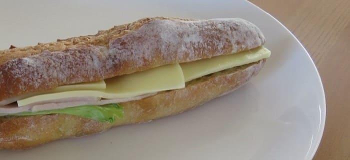 熟成ロースハムとゴーダチーズのバゲットサンド